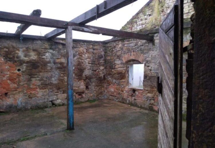 Interior da fortificação após ter a estrutura de uma casa, de 1903, que a revestia. (Foto: Élisson Amboni/SoCientífica)