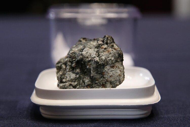 Um meteoro que explodiu sobre Chelyabinsk, na Rússia, em 2013 quebrou em pedaços que caíram no chão como meteoritos, como o que é mostrado na imagem acima. (Imagem: Chip Somodevilla/Getty Images)