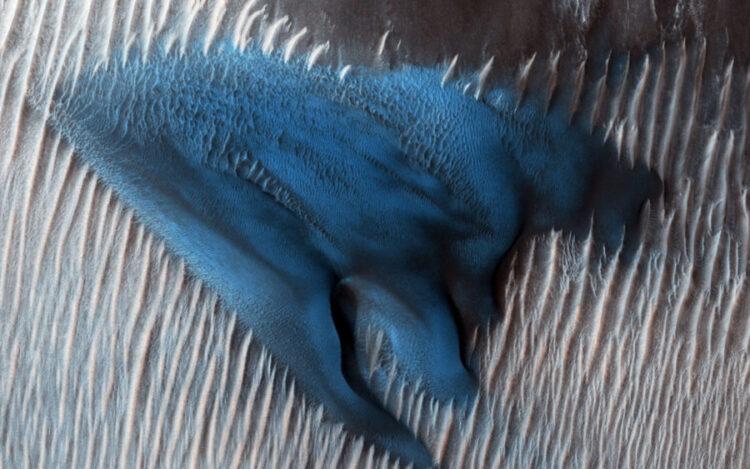 As dunas de areia costumam se acumular no chão das crateras. Nesta região da Cratera Lyot, o Mars Reconnaissance Orbiter (MRO) da NASA mostra um campo de dunas de barchan clássicas.