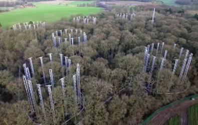 Equipamentos instalados na Amazônia e em uma floresta temperada na Inglaterra (foto) vão simular uma elevação de 50% na concentração atmosférica de CO2 para avaliar os efeitos nos ecossistemas (foto: BIFoR FACE / Universidade de Birmingham)