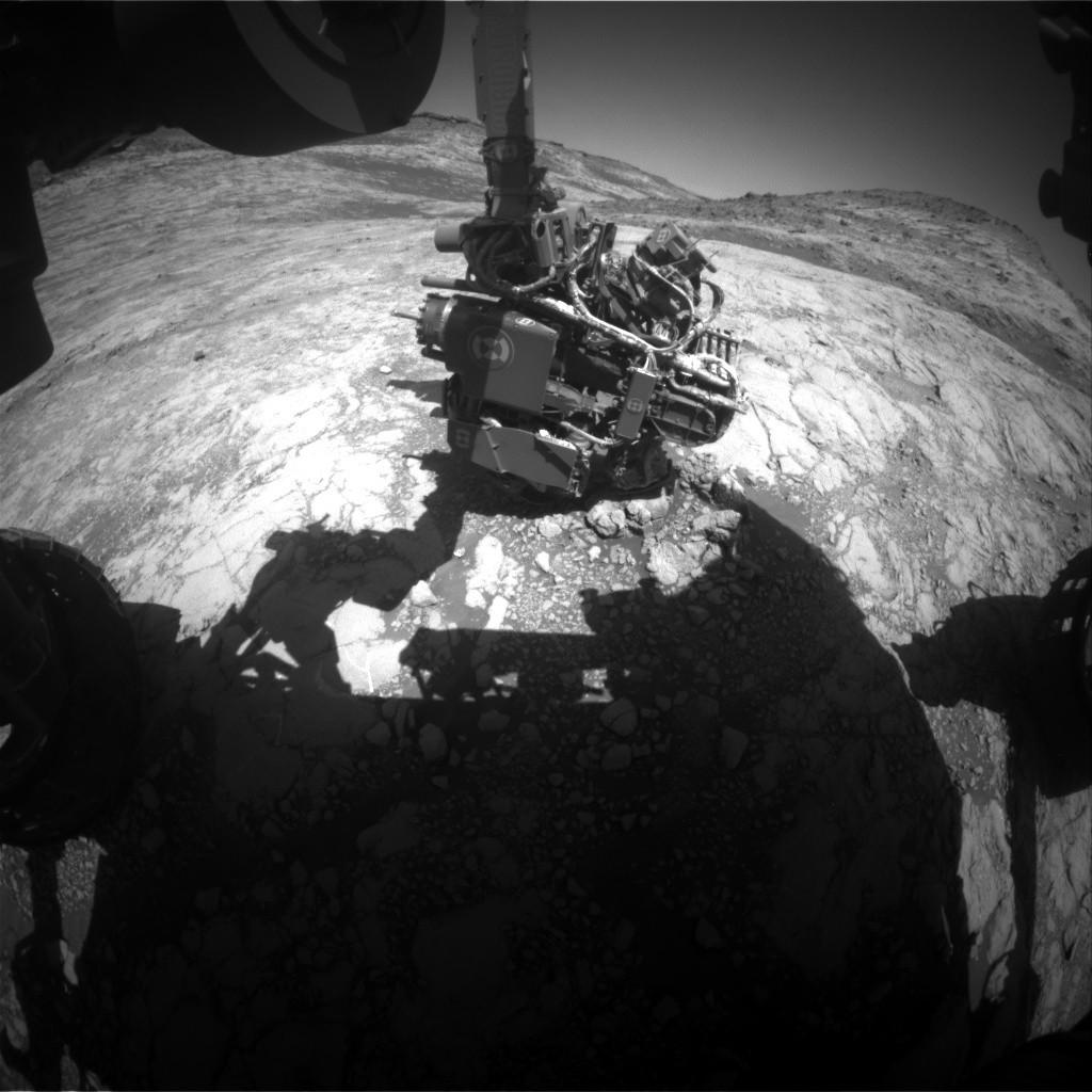 Esta imagem do Hazcam mostra o braço do Curiosity estendido para realizar uma análise APXS da rocha. A curiosidade precisa saber o ângulo exato de cada articulação para se mover com segurança. Crédito: NASA / JPL-Caltech