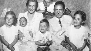 Família Goebbels . Nesta fotografia manipulada, o afilhado de Goebbels, Harald Quandt, (que se encontrava ausente devido ao serviço militar) foi acrescentado ao retrato de grupo.