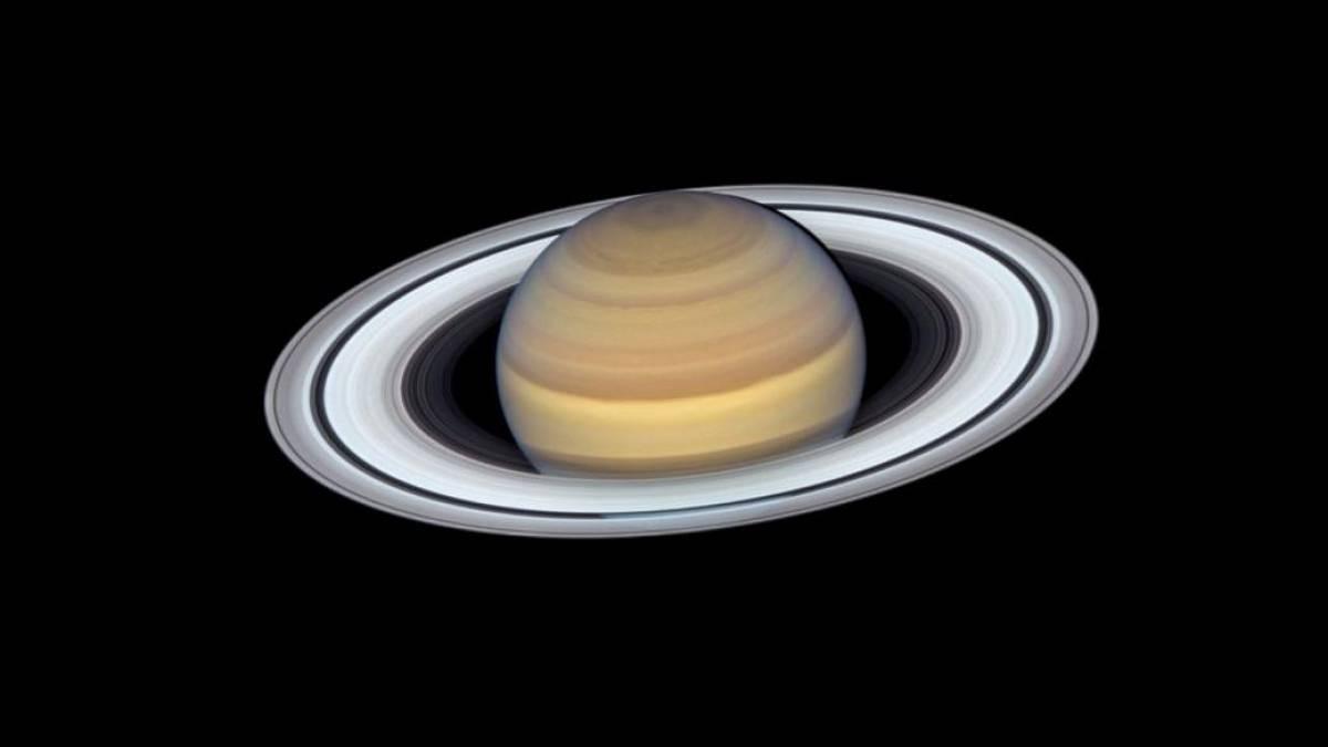 Cristais de gelo feitos de um produto químico chamado amônia na atmosfera superior de Saturno tornam um tom pálido de amarelo. (NASA / ESA, A. Simon / GSFC / MH Wong / Universidade da Califórnia, Berkeley / Equipe OPAL)