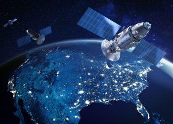 Segundo o comandante da Força Espacial dos EUA dois satélites russos estão perseguindo um satélite espião americano em órbita. (Imagem: iStockphoto)