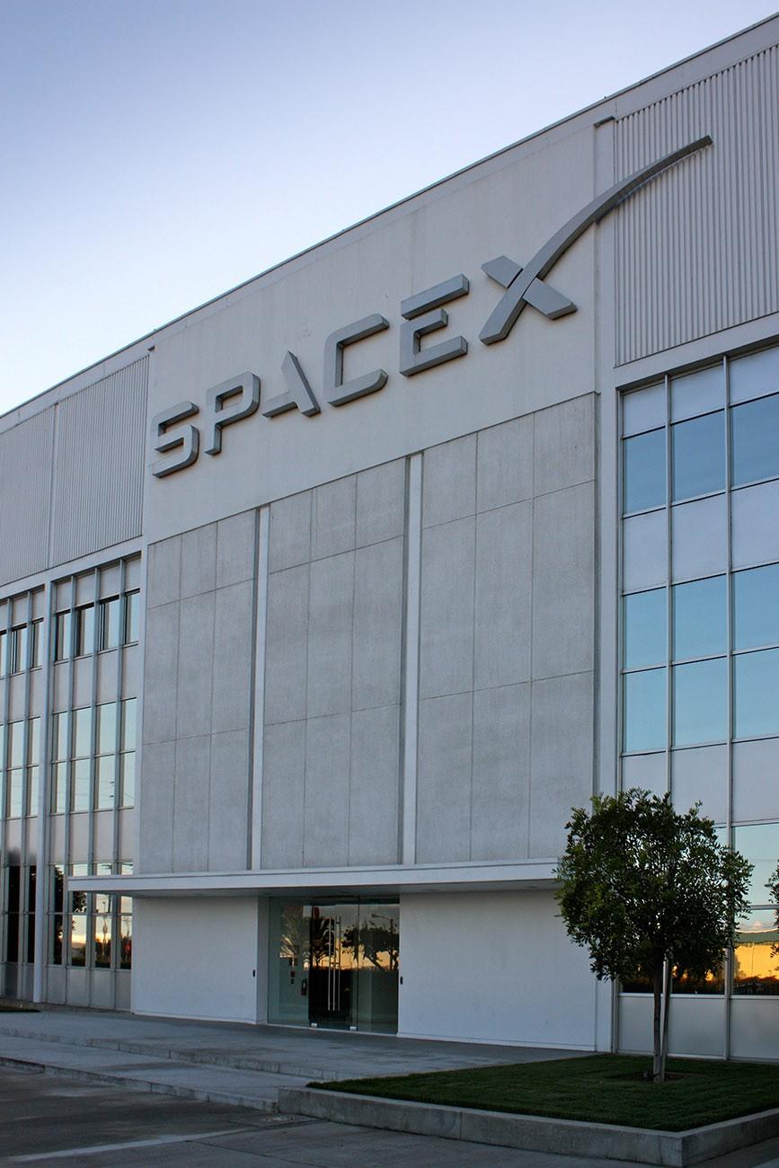 A SpaceX, com sede em Hawthorne, Califórnia, planeja lançar 42.000 satélites na próxima década. Bruno Sanchez-Andrade Nuño / Wikimedia Commons , CC BY