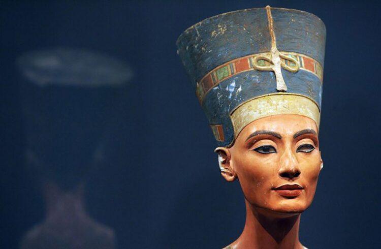Arqueólogos acreditam ter encontrado o túmulo de Nefertiti. (Imagem: Um busto de calcário da rainha do Egito, Nefertiti, está em exibição no Museu Neues, em Berlim. Crédito: Oliver Lang / DDP / AFP / Getty)