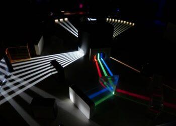 Pesquisadores da Universidade de Tel Aviv demonstraram pela primeira vez o refluxo óptico da luz projetada para a frente. (Imagem: CC0 Domínio público)