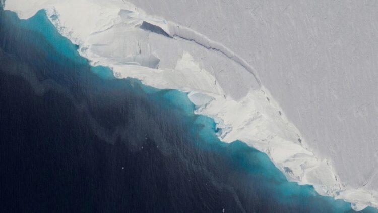 Os pesquisadores precisavam perfurar quase 2.000 pés de gelo para medir a temperatura da água onde a Geleira Thwaites se conecta pela primeira vez com o oceano. (Jeremy Harbeck / NASA / OIB)
