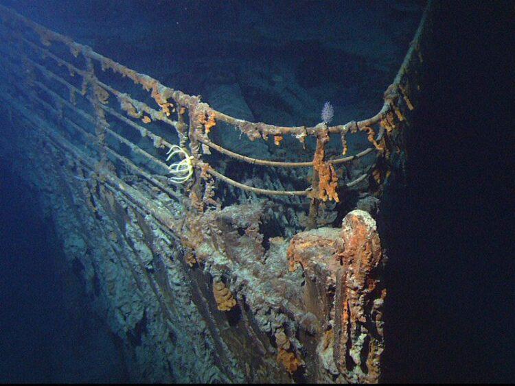 Vista da proa do RMS Titanic , fotografada por um ROV em junho de 2004. (Imagem: NOAA)
