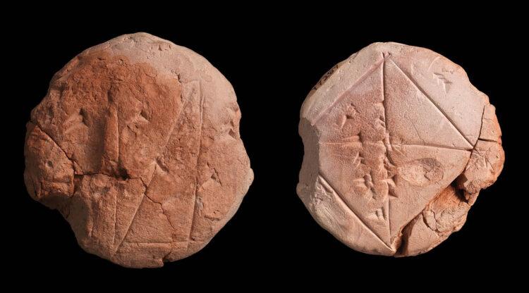 O conceito de tempo atual foi criado pelos sumérios há 5 milênios. Imagem: Tabuleta babilônica YBC 7289 mostrando o número sexagesimal 1; 24,51,10 aproximando √2 (CC por SA 2.5)