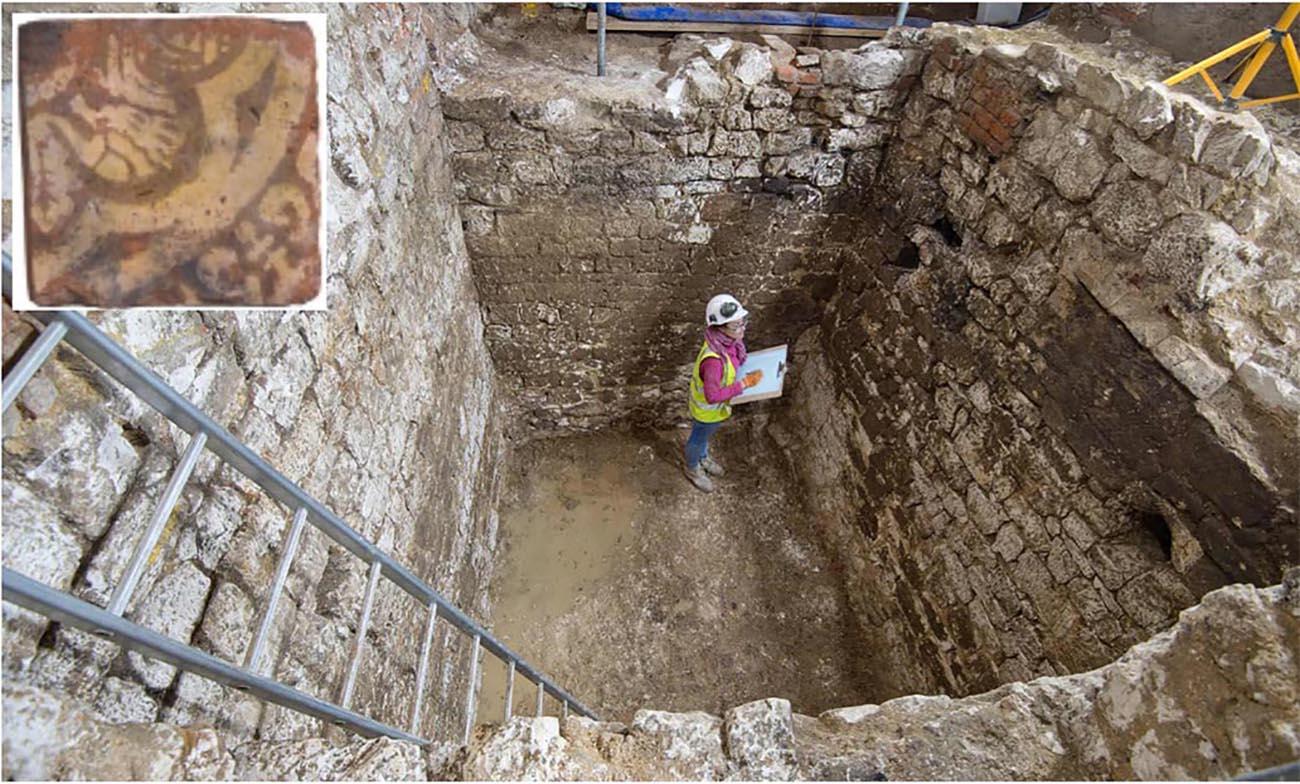 O local da escavação da fossa. O interior: A telha da criatura mítica encontrada na fossa. (Fonte: MOLA)