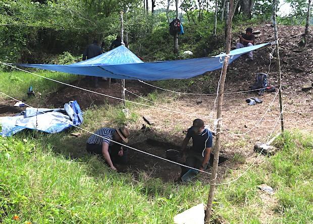 O estudante da Universidade da Pensilvânia Whittaker Schroder (à esquerda) e o bioarqueólogo da Brown University, Andrew Scherer (à direita), escavam os restos da quadra de bolas maia. (Crédito da imagem: Charles Gordon)