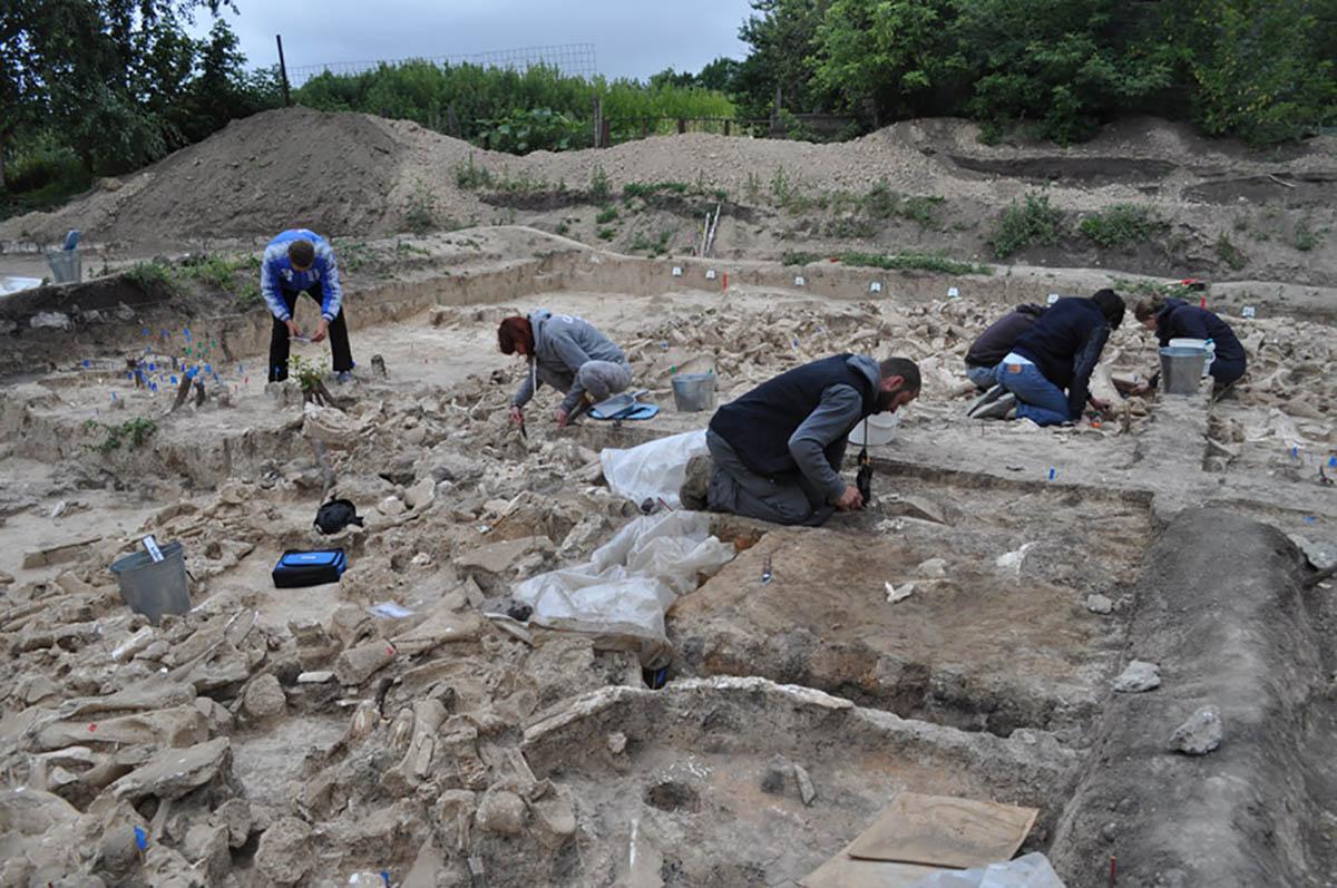 Escavações no local Kostenki 11, que levaram três anos. (Imagem: AJE Pryor et al., 2020)
