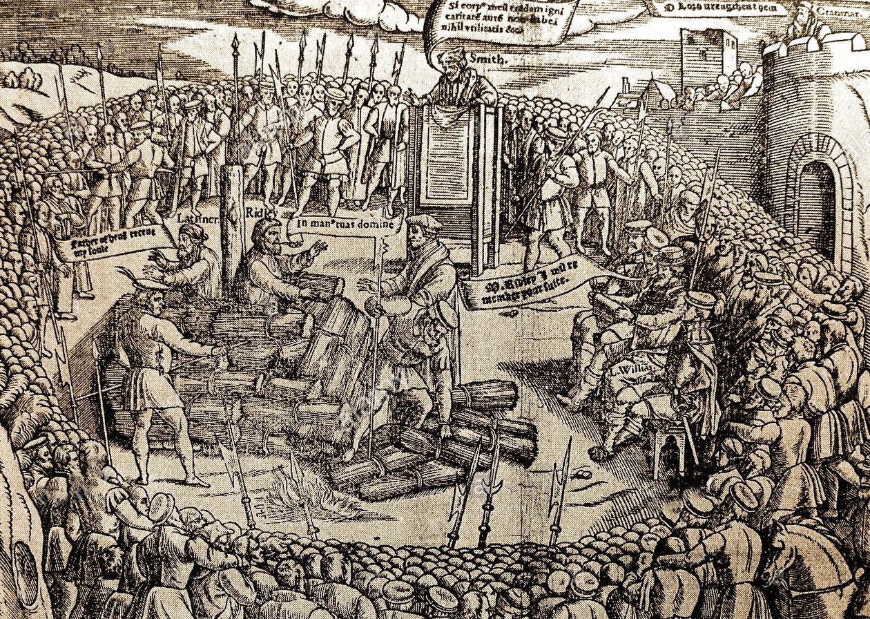 """Maria I priorizou a religião acima de tudo, restaurando o poder da Igreja Católica na Inglaterra e tornando o protestantismo proíbido. Como resultado dessa perseguição religiosa, ordenou que 280 protestantes fossem queimados na fogueira como hereges, um fato que ajudaria a consolidar sua reputação de """"Maria sangrenta"""". Imagem: Detalhe de uma ilustração do """"Livro dos Mártires"""" de John Fox, representando os preparativos antes da queima na fogueira de Hugh Latimer e Nicholas Ridley."""