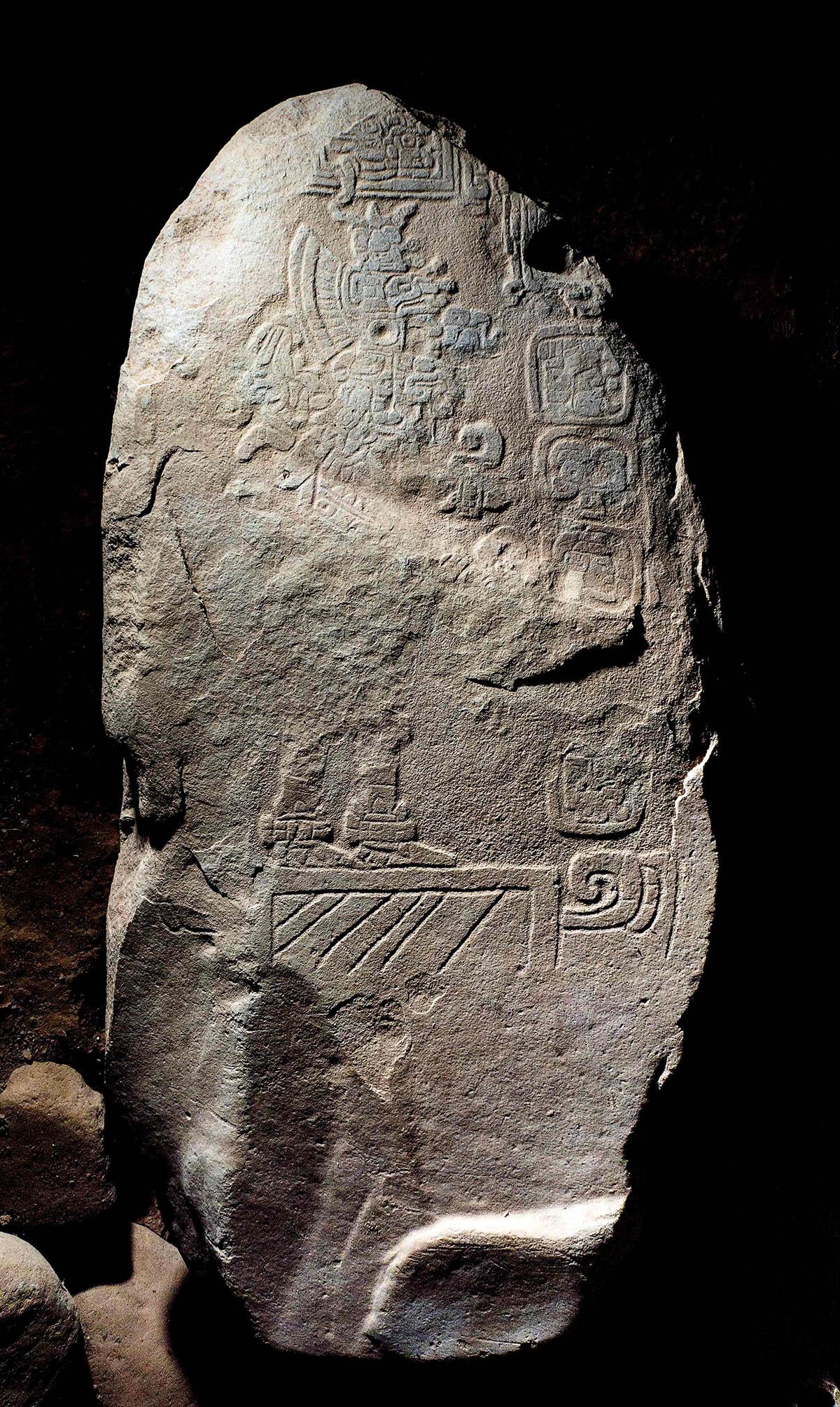 Fragmento da placa de pedra descoberta no sítio arqueológico maia de Tak'alik Ab'aj, na Guatemala, revela origem da escrita Maia. (© Ministério da Cultura e Esportes da Guatemala , AFP)