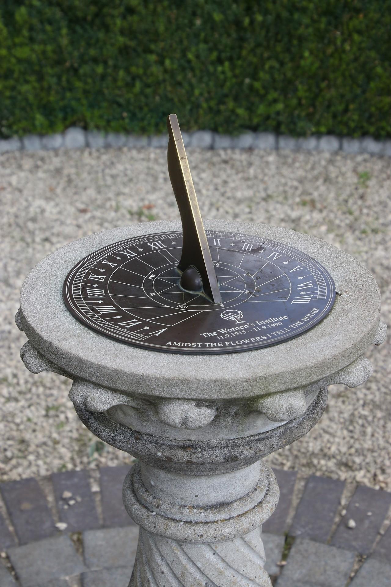 Um relógio solar. (Imagem: Pixabay).