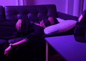 Uma voluntária utiliza o Dormio, um dispositivo para invadir sonhos. (Imagem: MIT FLUID INTERFACES)