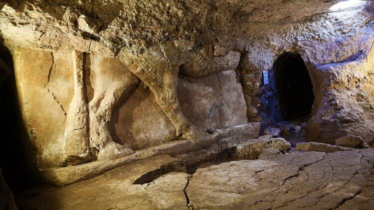 Quatro relevos de figuras de portões encontrados no incrível palácio Assírio, dentro dos túneis do tesouro dos terroristas. Fonte: Ali Al-Magasees / Universidade de Heidelberg / dpa