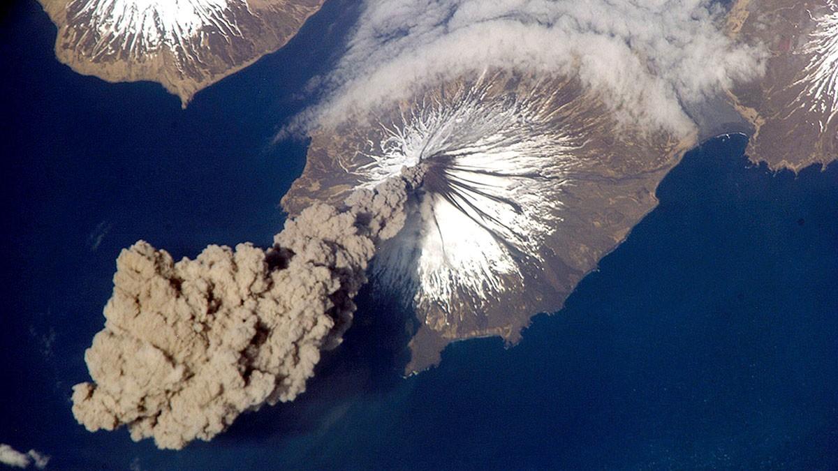 Astronautas da Estação Espacial Internacional têm uma vista impressionante quando um supervulcão entra em erupção (Crédito: Nasa / Getty Images)