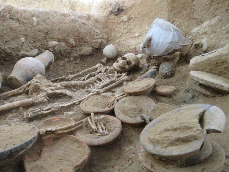 Túmulo raro coberto de artefatos etruscos escavado na França