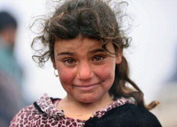Menina iraquiana chegando em campo de refugiados após sangrenta batalha perto de Mosul. (Foto de Al-Fahdawi/Reuters)