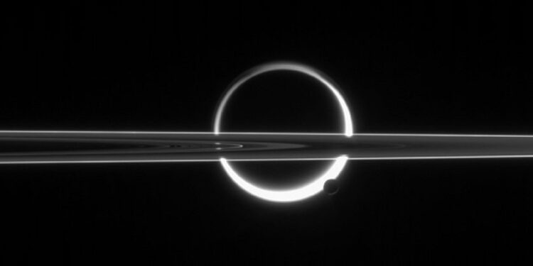 Os anéis de Saturno, Titã e a lua muito menor. Foto: Nasa