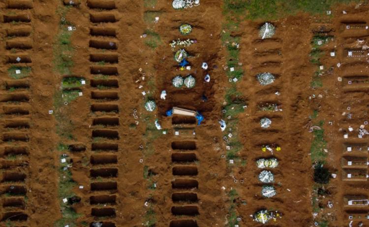 Vista aérea do cemitério de Vila Formosa durante um enterro em meio à pandemia do coronavírus em São Paulo. (Imagem: Getty)