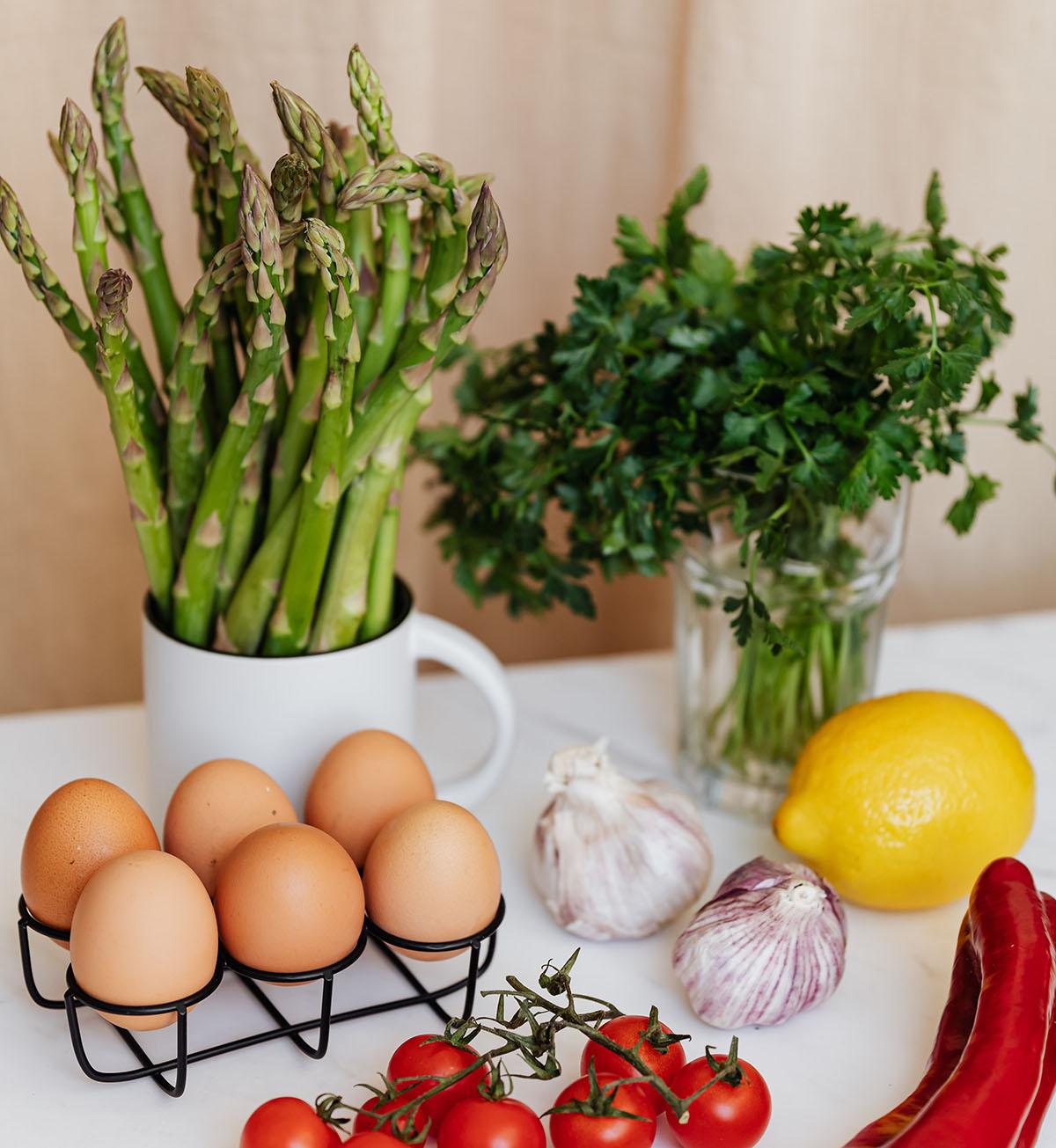 A dieta do ovo cozido envolve comer várias porções de ovos cozidos por dia, juntamente com outras proteínas magras, vegetais não ricos em amido e frutas com baixo teor de carboidratos.