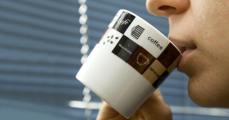 Consumir uma a três xícaras de café por dia