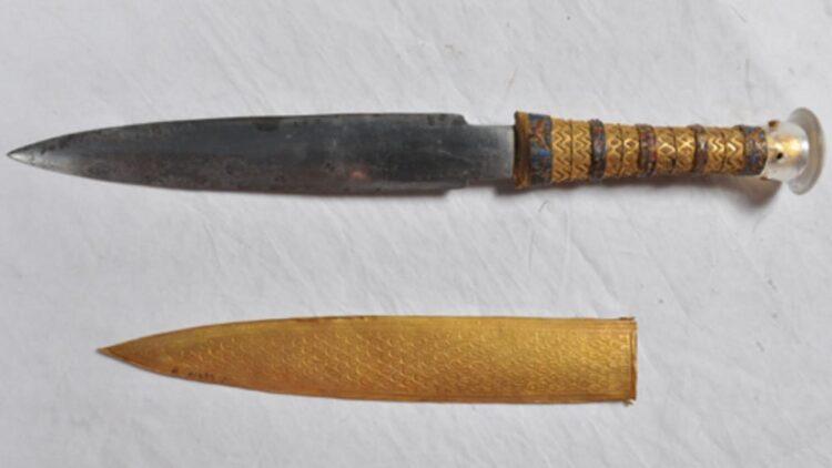 Tutancâmon e a adaga forjada com ferro dos céus