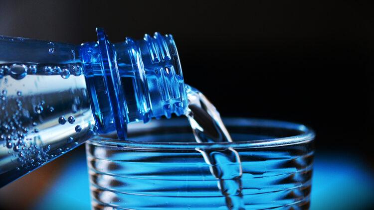 Lítio presente na água potável está associado a menores taxas de suicídio, mostra estudo
