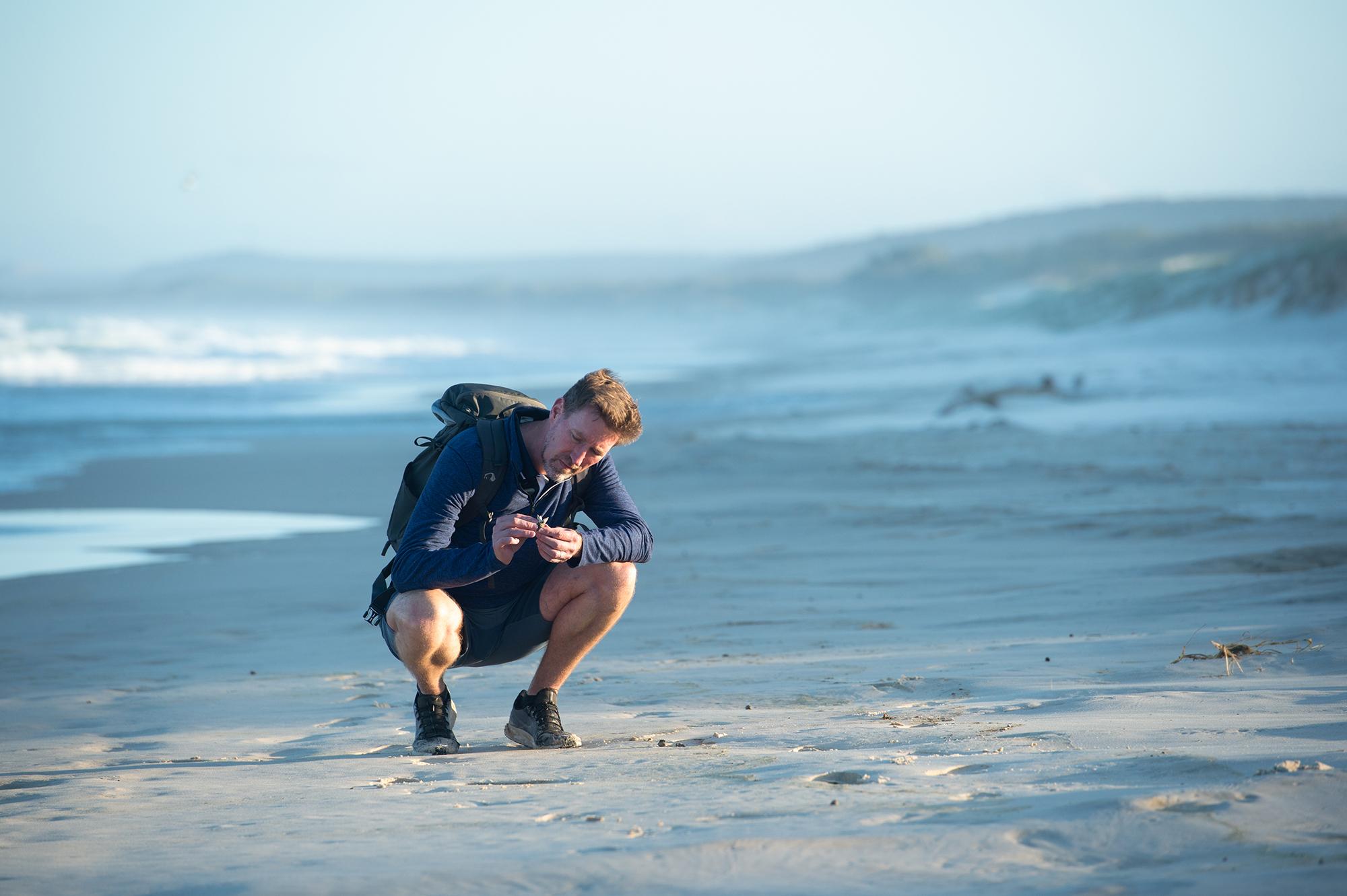 Bryan examinando a pedra-pome.