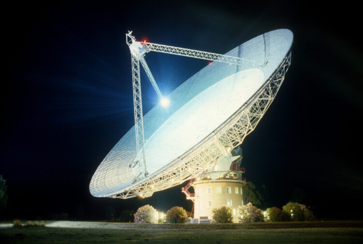Radiotelescópio Parkes, com 64 metros de diâmetro. Radiotelescópios são uma das formas utilizadas para se encontrar civilizações inteligentes. (Créditos da imagem: CSIRO).
