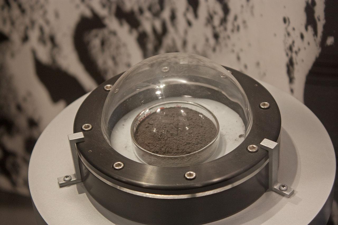 Amostra de poeira lunar no Museu Nacional de História Natural dos Estados Unidos.