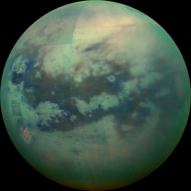 Foto de Titã com uma iluminação sazonal, capturada pela Cassini. (Créditos da imagem: NASA-JPL / ESA).