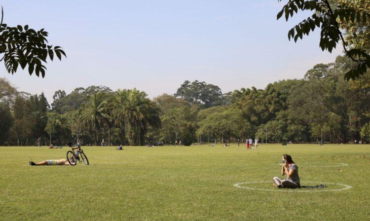 Lazer no Parque do Ibirapuera após a flexibilização do isolamento social durante a pandemia de covid-19. (Rovena Rosa/Agência Brasil)