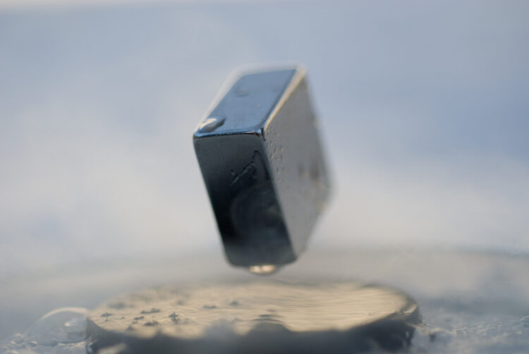 Levitação de um ímã sobre um supercondutor de cuprato. (Créditos da imagem: Julien Bobroff).