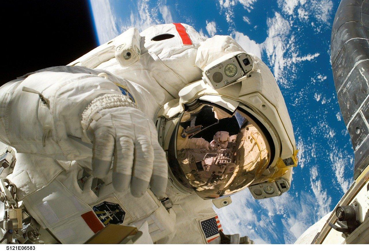 cosmonauta no espaço