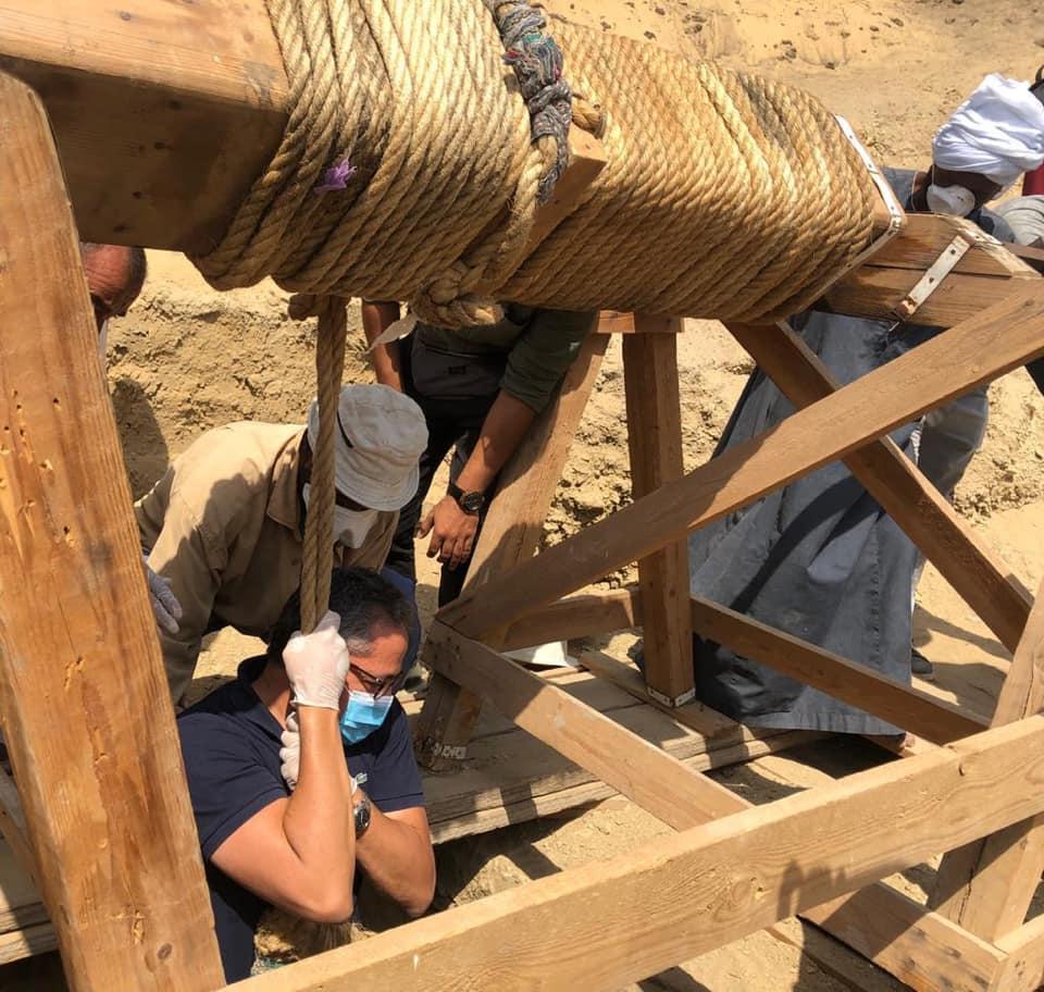 homens trabalhando no poço