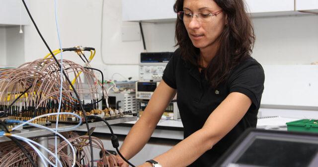 Lídia Galdino no laboratório