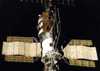 A Soyuz T-13 se afasta e fotografa outra nave acoplada na Salyut 7. (Créditos da imagem: Reprodução).