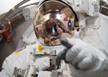 O astronautas Luca Parmitano, da Agência Espacial Europeia (ESA), participa de uma verificação do traje antes de sair da Estação para uma atividade externa. (NASA).