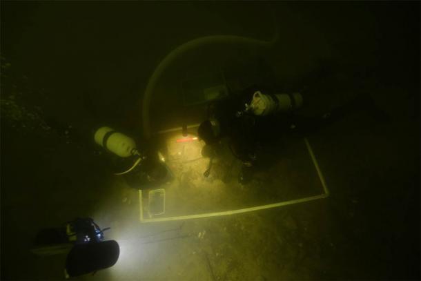 Arqueólogos recuperando os restos mortais do soldado medieval do Lago Asveja