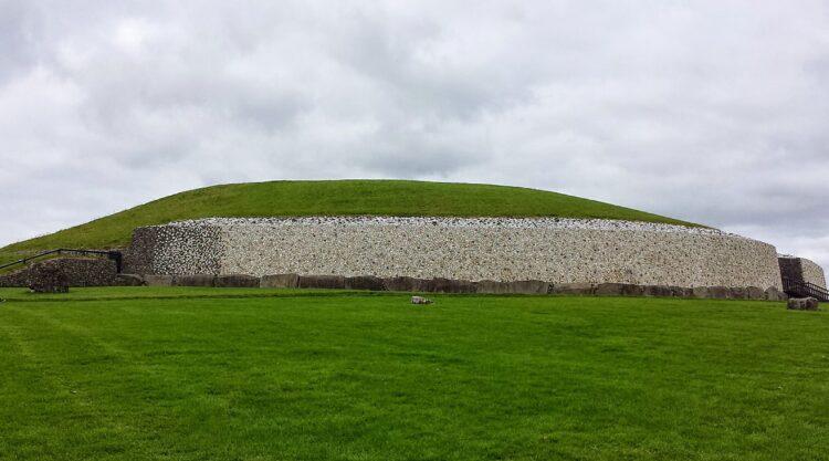 Newgrange. (Imagem de Jal74 do Wikimedia Commons)