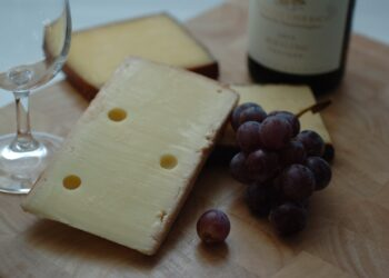 Pesquisas apontam que o consumo de queijos e vinhos pode ajudar na prevenção contra doenças neurodegenerativas. (Imagem de crafthouse por Pixabay)
