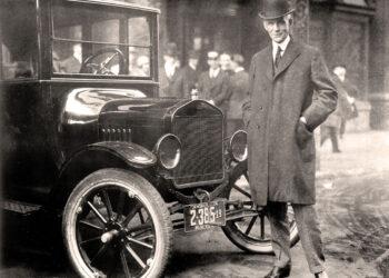 Henry Ford ao lado de um Ford Model T.