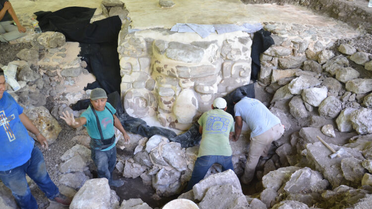 Máscara maia feita de estuque que foi descoberta na Península de Yucatán, no México. (INAH)