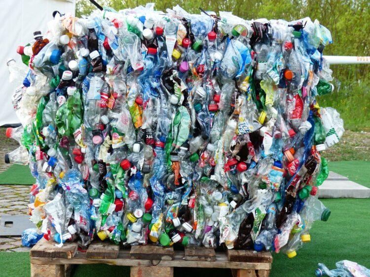 O plástico é um dos maiores poluentes modernos. Veja a seguir um panorama geral do caminho do plástico no mundo. (Imagem de Hans Braxmeier por Pixabay)
