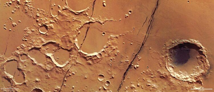 Visão da Cerberus Fossae a partir da sonda europeia Mars Express. (ESA/DLR/FU).