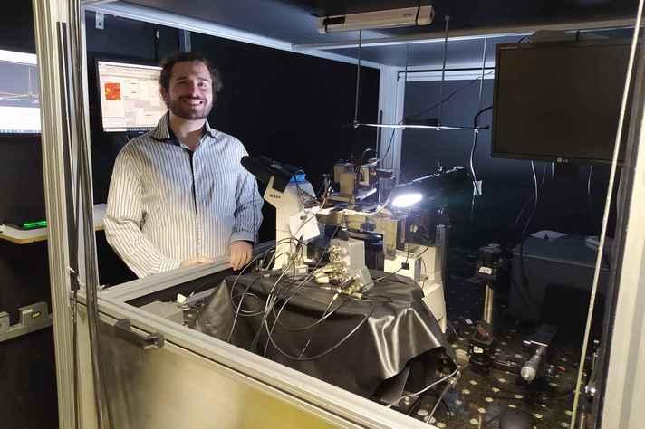 Andreij Gadelha, primeiro autor do artigo, e o protótipo laboratorial do nanoscópio, no qual foram realizadas as medidas (Acervo do projeto)